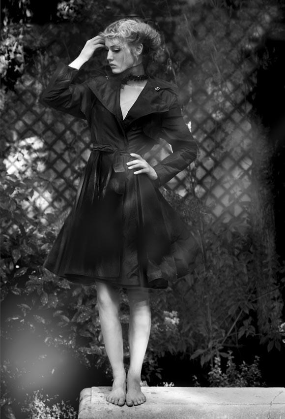Trench en coton et collerette collier en résille ajourée de strass noirs Swarovski Jean Paul Gaultier