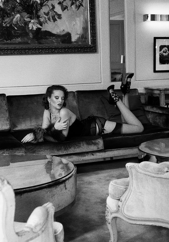 Culotte et bas Fifi Chachnil - Corset Agent Provocateur - Gant resille et fourrure et boucle d oreille strass ON AURA TOUT VU collier : reine rosalie