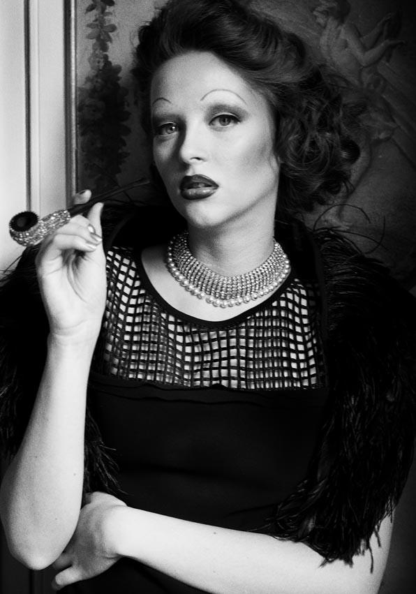 Robe Karl Lagerfeld – Peignes x2 et pipe strass or On aura tout vu - Collier Reine Rosalie – Boléro enplume noir : isabel benenato