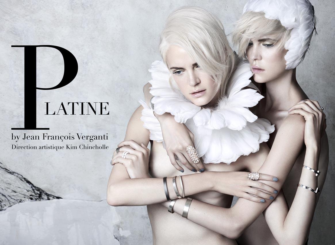 Col plume - Nora Rieser / Bracelets - Tiffany & co; Le Gramme / Bagues - Tiffany & co; Chanel; Pascale Bruni; H.Gringoire;