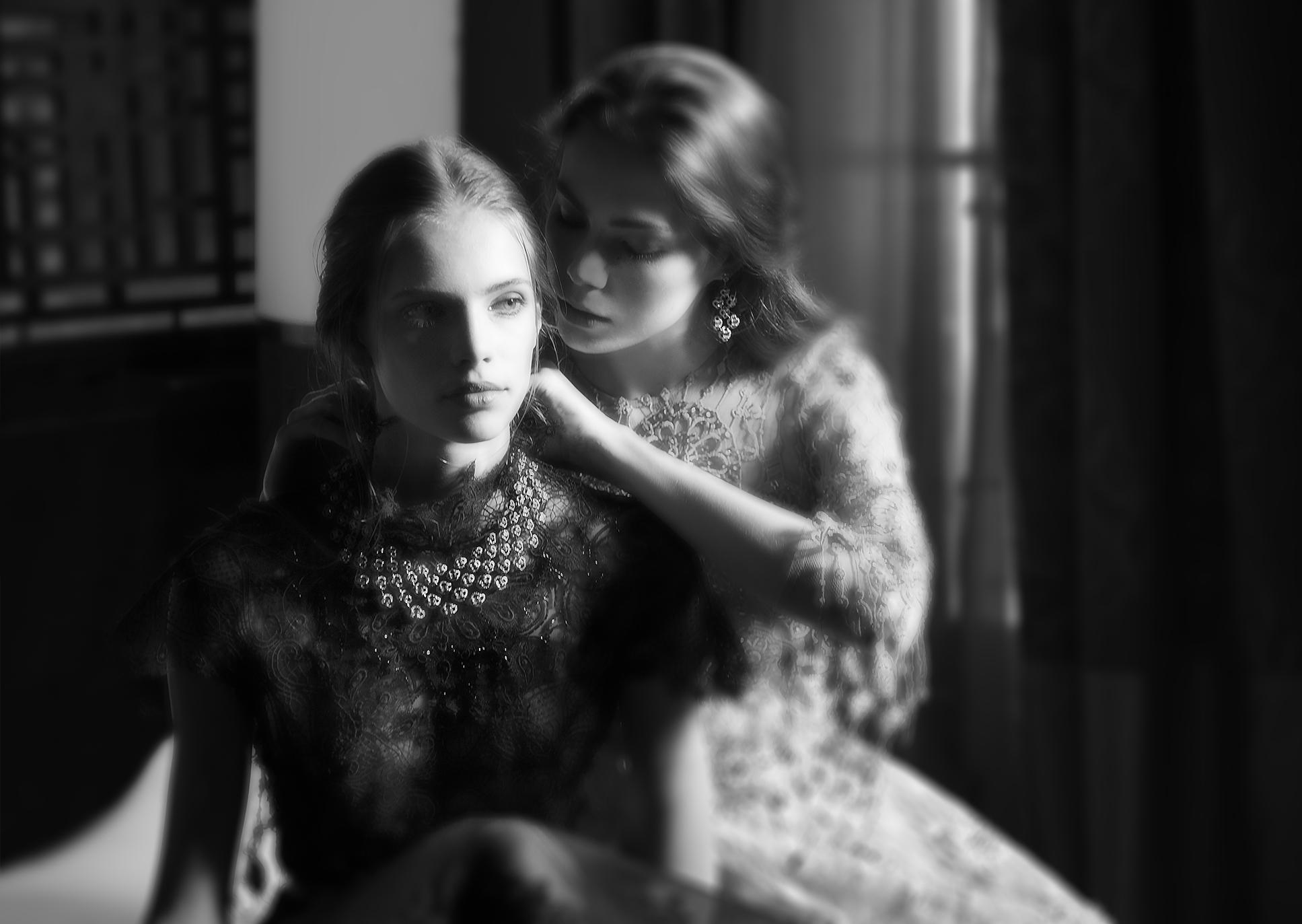 Robe en dentelle noir : DANY ATRACHE Collier et Boucles d'oreilles haute joaillerie Collection Sakura by NIRAV MODI