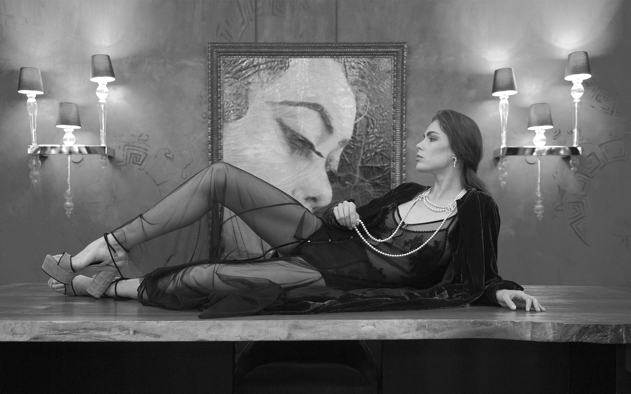 Boucles d'oreilles et collier de perles et diamants : MIKIMOTTO Manteau en velours bordeaux : TALBOT RUNHOF Robe transparente body et culotte haute transparente : COUTURE PARIS Chaussure CASTAÑER