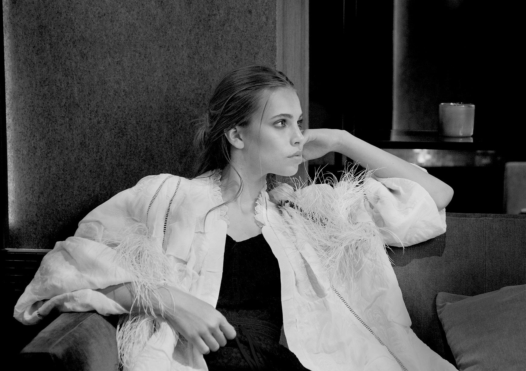 Manteau blanc : KALYAH Robe noir : ALL SAINTS