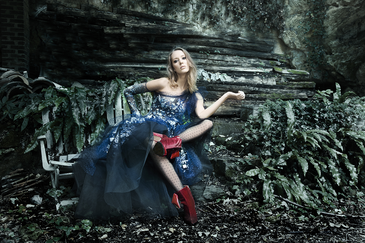 Robe couture en tulle bleu broder : DANY ATRACHE Chaussure en velours rouge : TALBOT RUNHOF