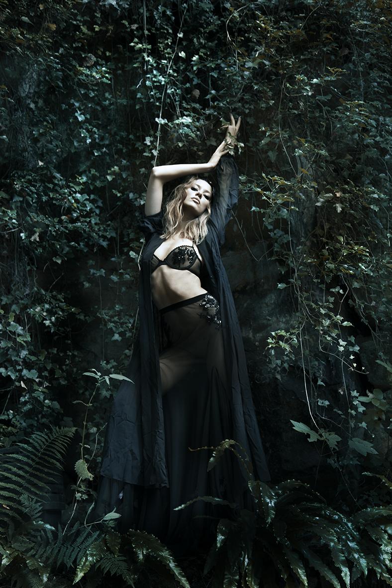 Bonnet : EMMANUEL UNGARO Veste en mousseline noir : KARL LAGERFELD Soutiens gorges et jupe noir transparente brodée : ARYN WINTERS