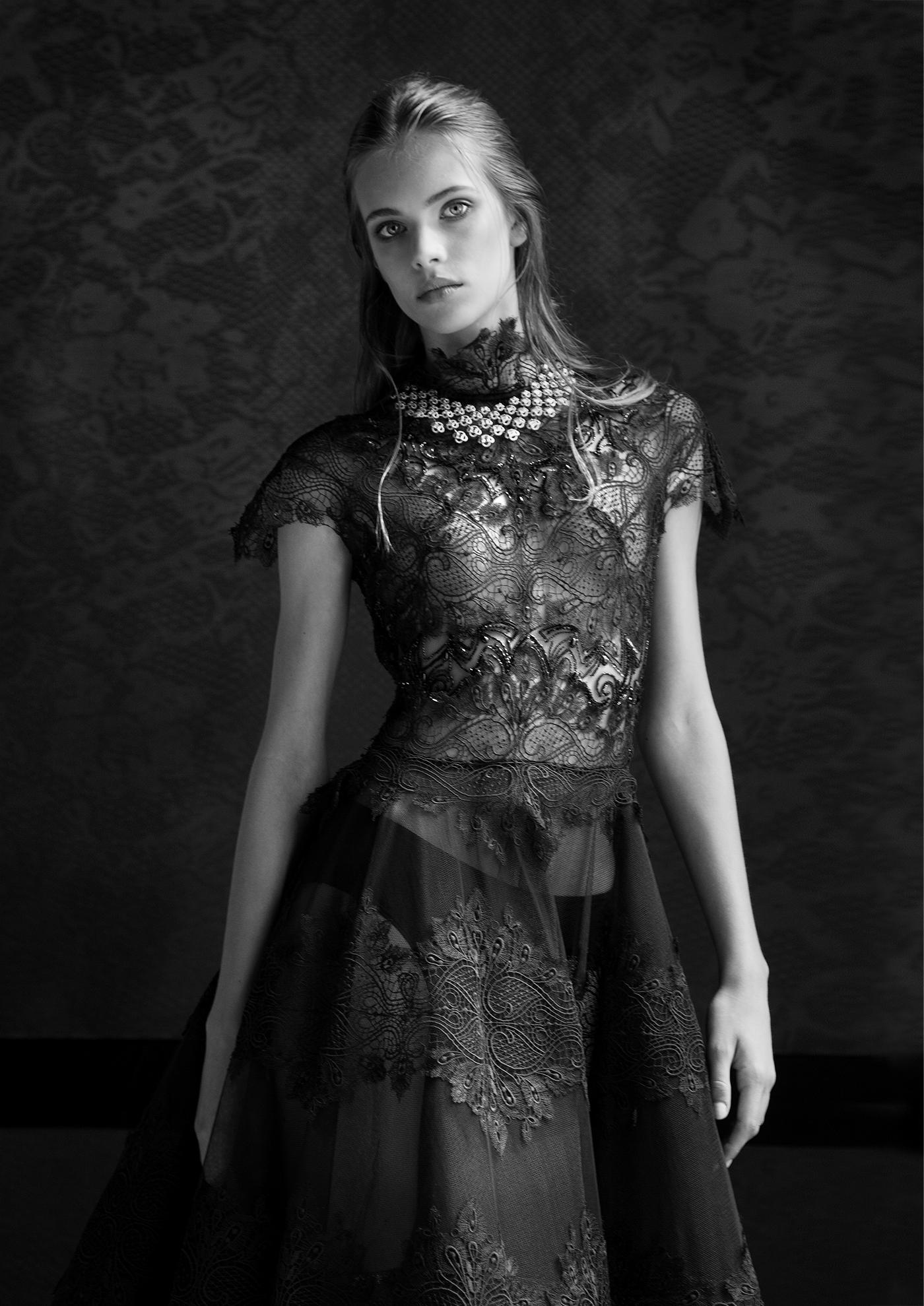 Robes en dentelle noir : DANY ATRACHE Collier haute joaillerie Collection Sakura by NIRAV MODI