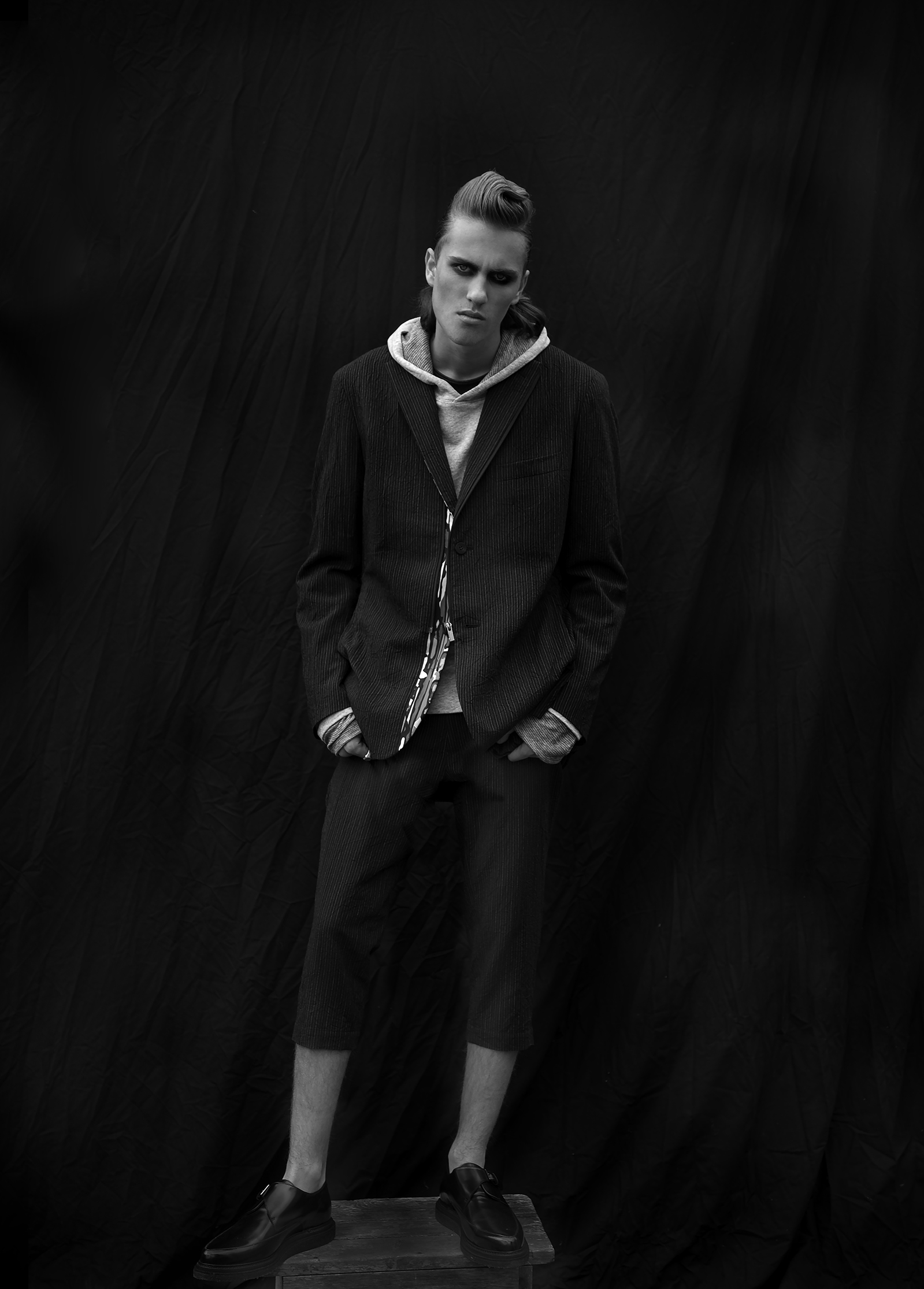 Veste et pantalon: ISSEY MIAKE Sweet : ALLSSAINTS Chaussures: KARL LAGERFELD